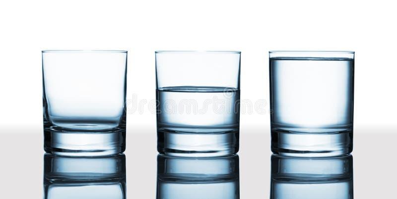 Is het glas halfvol halfvol of? stock afbeelding
