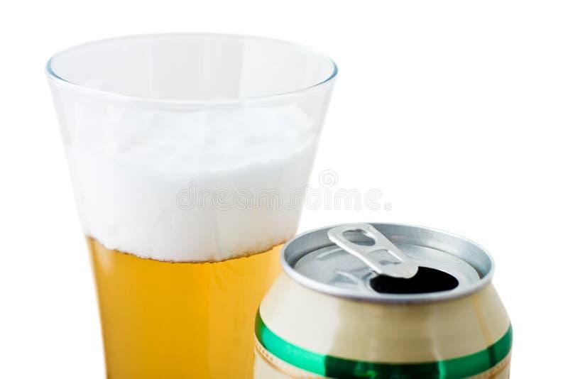 Het glas met bier en kan stock foto's
