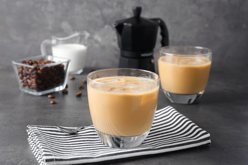 Het glas met koude brouwt koffie en melk stock afbeelding