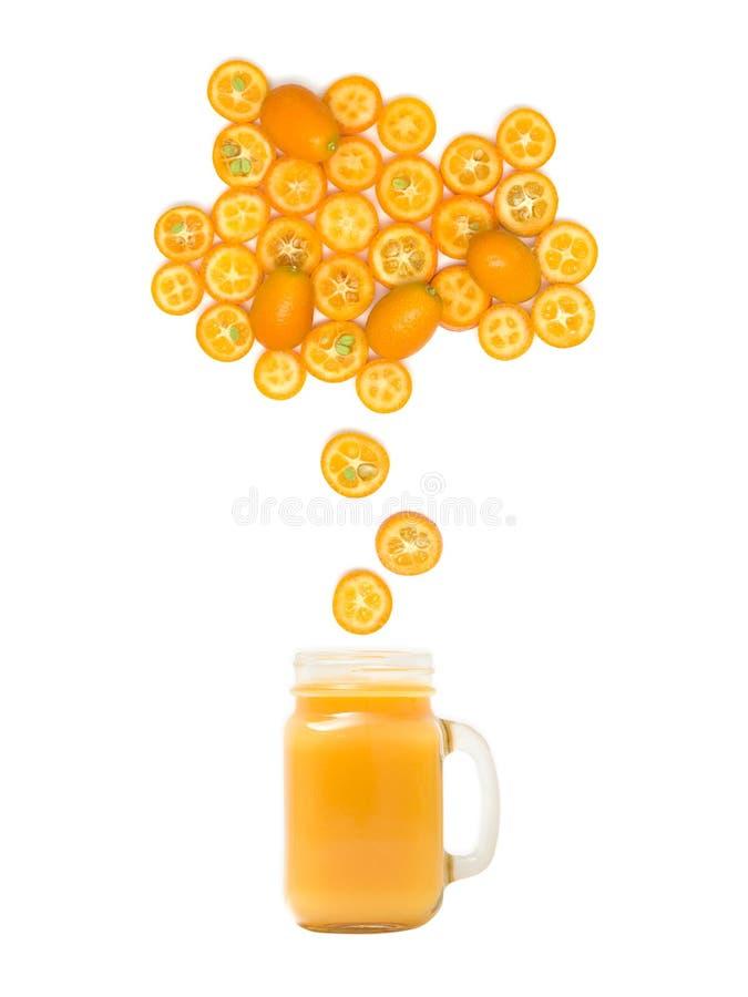 Het glas met vers kumquat sap bevindt zich onder vele kumquat plakken op witte achtergrond royalty-vrije stock foto