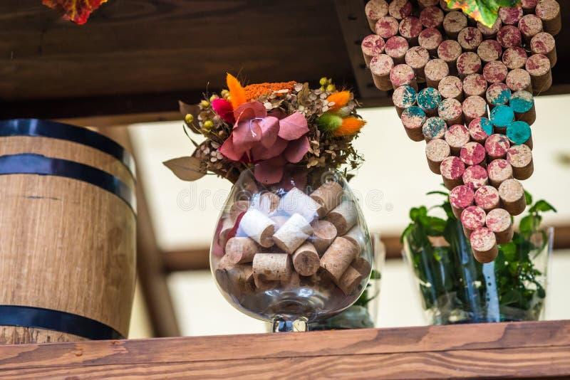 Het glas met wijn wordt gevuld die kurkt stock foto's