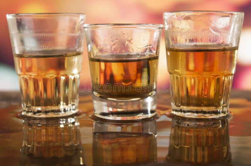 Het glas rumwhisky defocused over lichten royalty-vrije stock fotografie