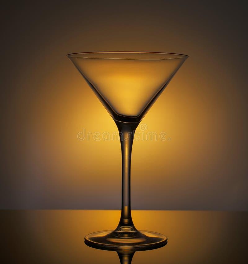 Het glas van de glascocktail met licht wordt geschetst dat stock afbeeldingen