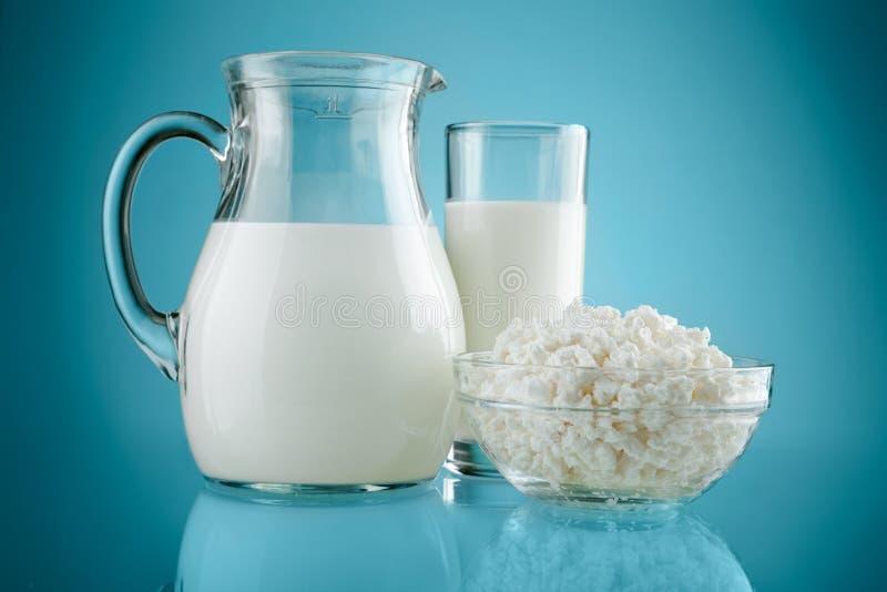 Het glas van de kruik met melk en kwark royalty-vrije stock foto