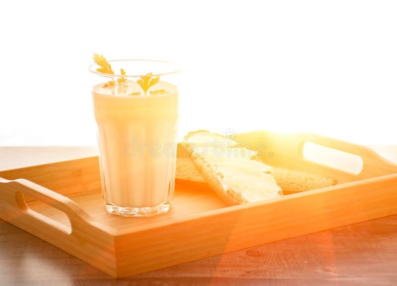 Het glas van de de Ochtendmelk van het natuurlijke voedingconcept Ontbijt van de karnemelk het zuiveldrank op houten bureau royalty-vrije stock foto's