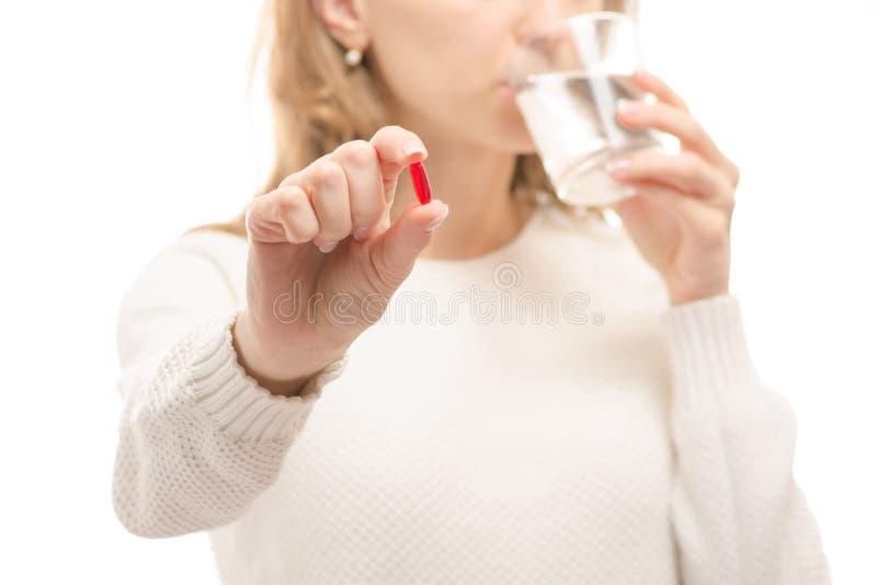 Het glas van de vrouwenholding van de tablet van de watergeneeskunde stock afbeelding