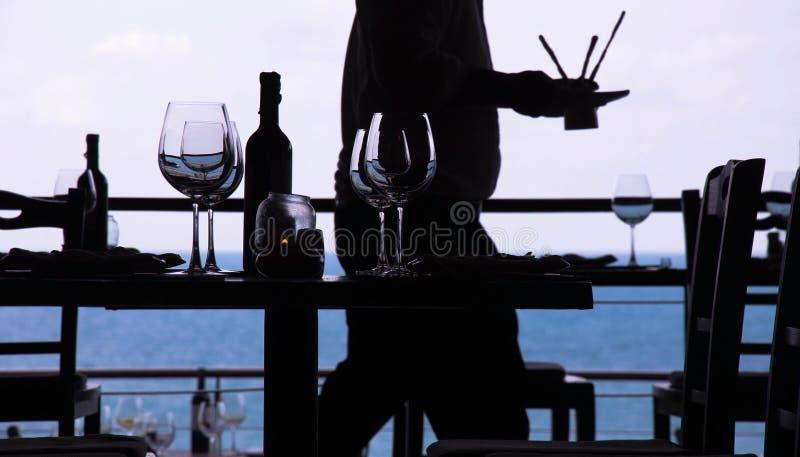 Het glas van de wijn en kustrestaurant royalty-vrije stock fotografie