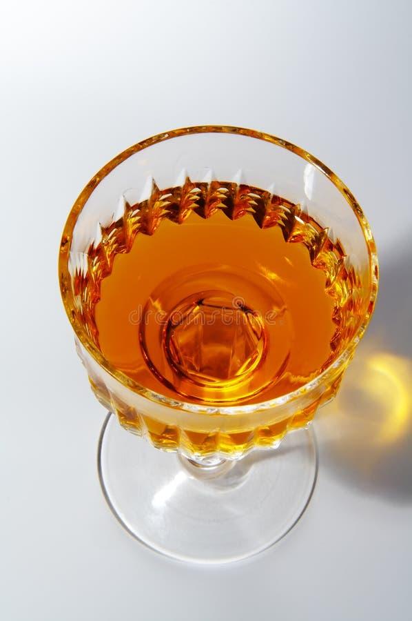 Het glas van de wijn met alcohol stock afbeeldingen