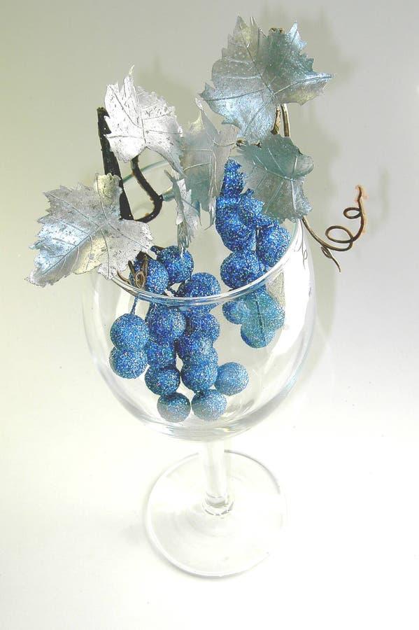 Het glas van de wijn met de zilveren bladeren van het glitteryfruit royalty-vrije stock foto