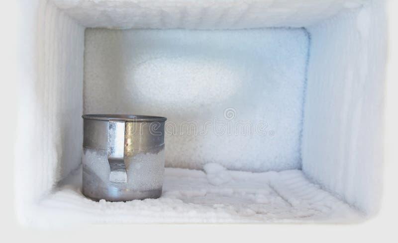 Het glas van het roestvrij staal drinkwater in diepvriezer stock afbeeldingen