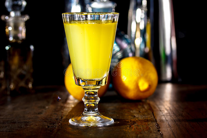 het glas van Limoncello is op de lijst in donkere ruimte In bac royalty-vrije stock afbeeldingen