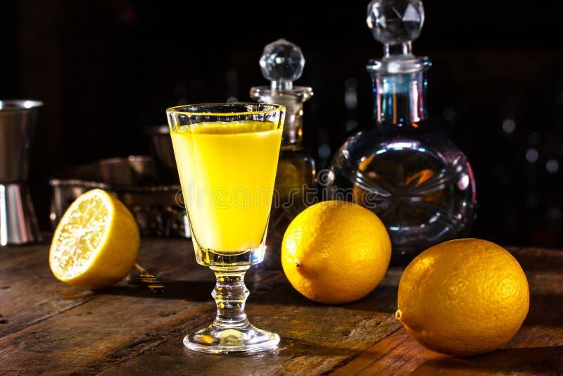 het glas van Limoncello is op de lijst in donkere ruimte In bac royalty-vrije stock fotografie