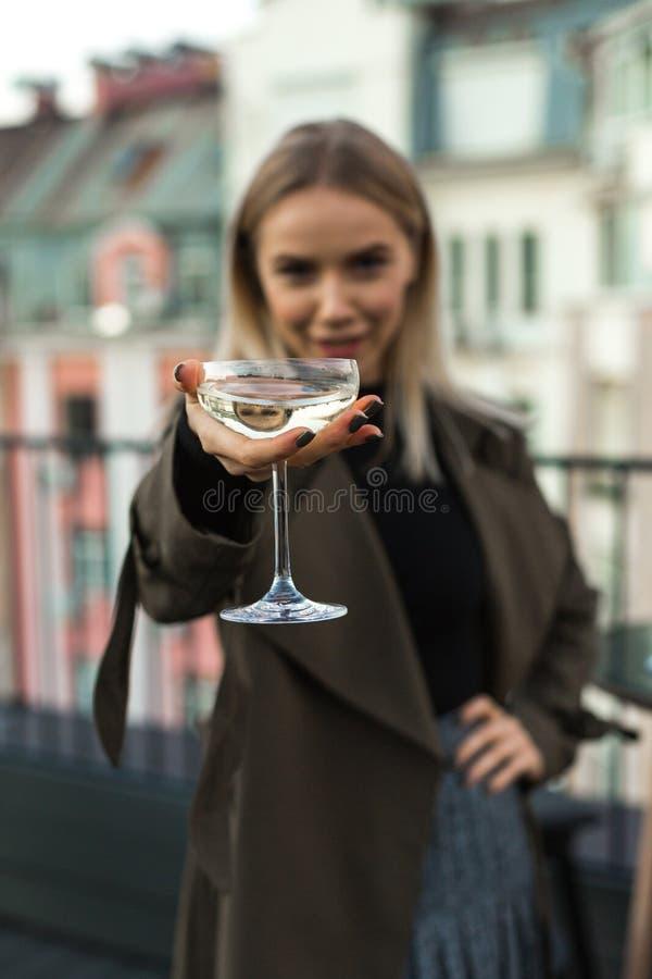 Het glas van martini van de vrouwenholding stock afbeelding