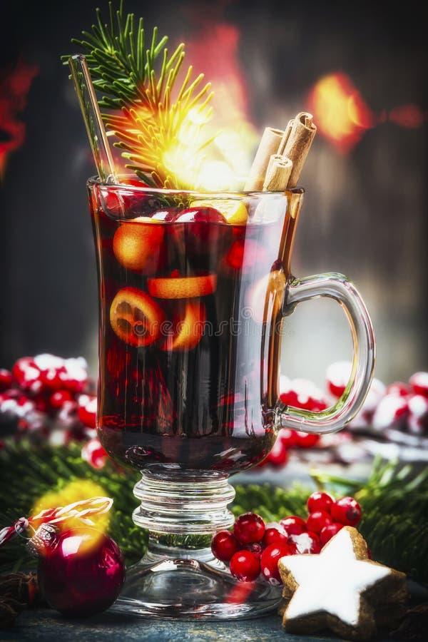 Het glas van traditionele overwogen wijn of stempel met Kerstmisdecoratie, spar vertakt zich en feestelijke bokeh royalty-vrije stock foto's