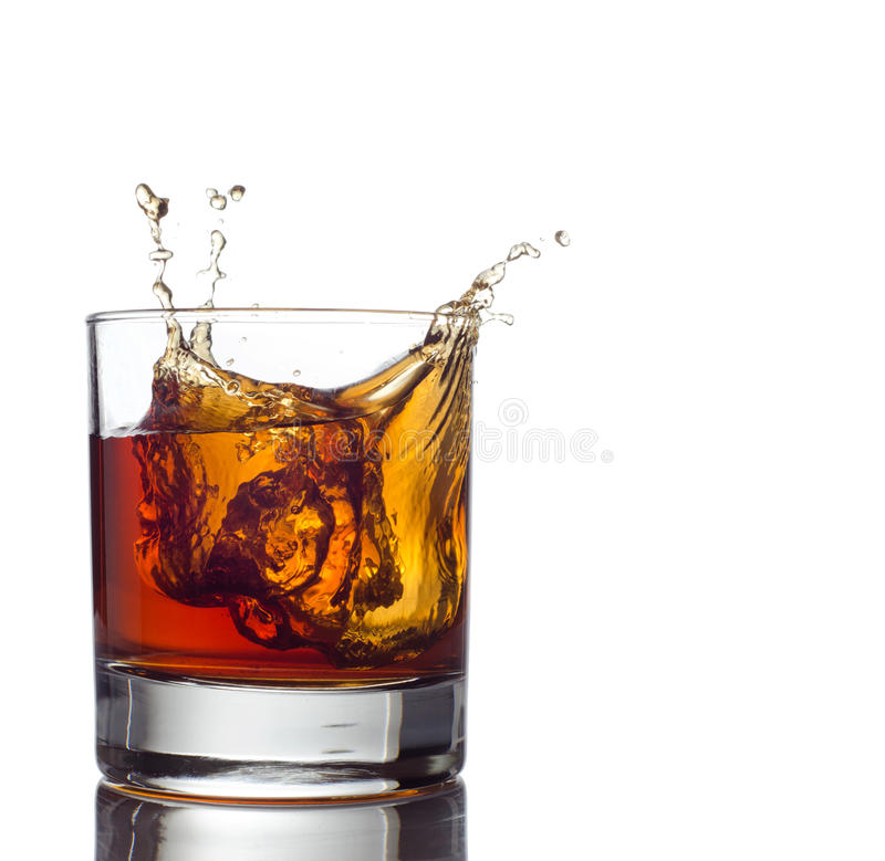 Het glas whisky solated op witte achtergrond stock foto's