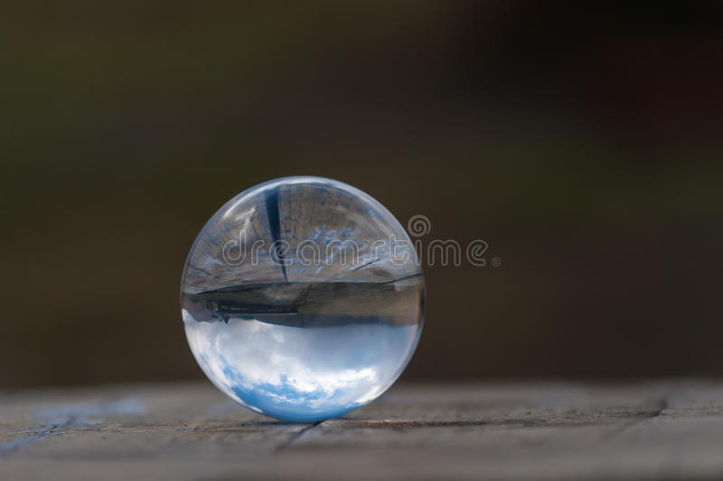 Het glasbal van het glas transparante kristal op donkergroen stock fotografie