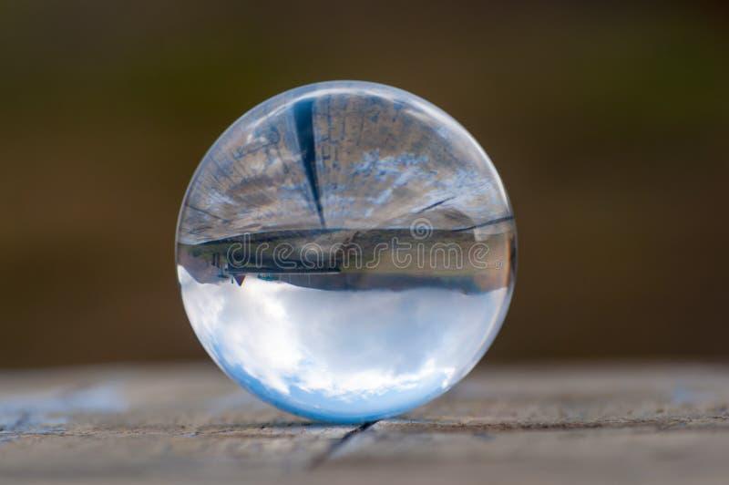 Het glasbal van het glas transparante kristal op donkergroen stock foto