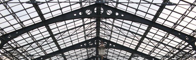 Het glasdak van de metaalbouw transparant de bouwpanorama stock afbeelding