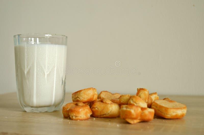 Het Glasmelk Gesteunde Bakkerij Vage Achtergrond van de koekjescashewnoot royalty-vrije stock fotografie