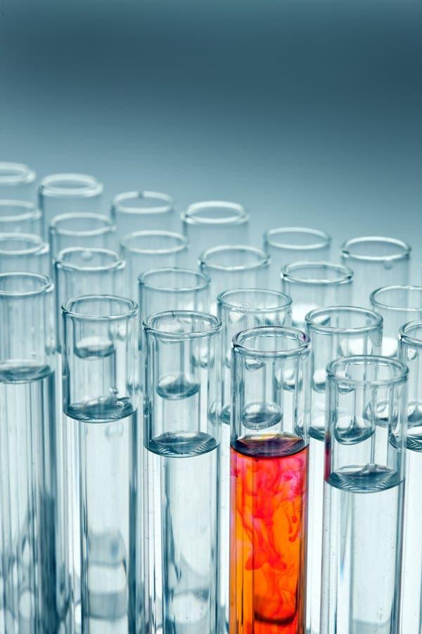 Het glaswerk van het laboratorium in het laboratorium royalty-vrije stock foto's