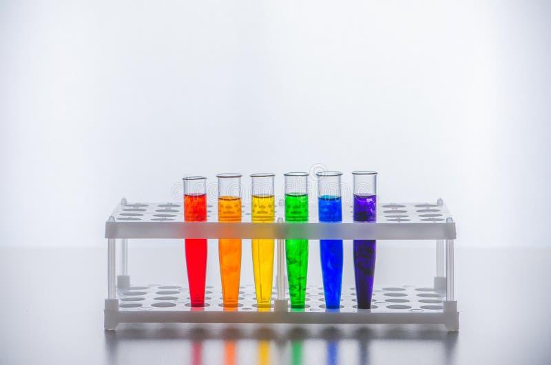 Het Glaswerk van het laboratorium Reageerbuizen met een multi-colored vloeistof Chemisch experiment royalty-vrije stock foto's