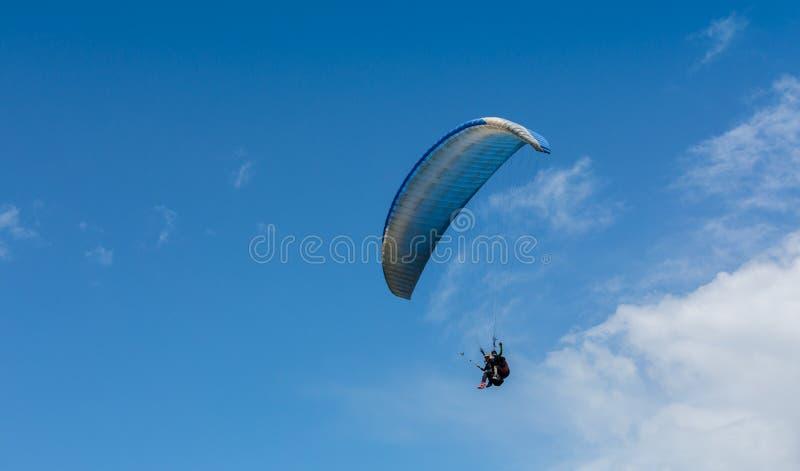 Het glijscherm is op de paraplanestroppen - stijgend vluchtogenblik stock fotografie