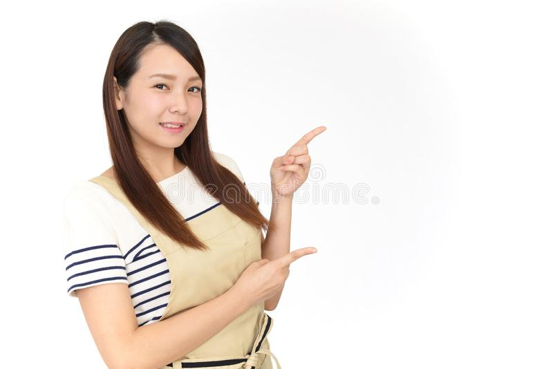 Het glimlachen het Aziatische huisvrouw richten royalty-vrije stock foto's
