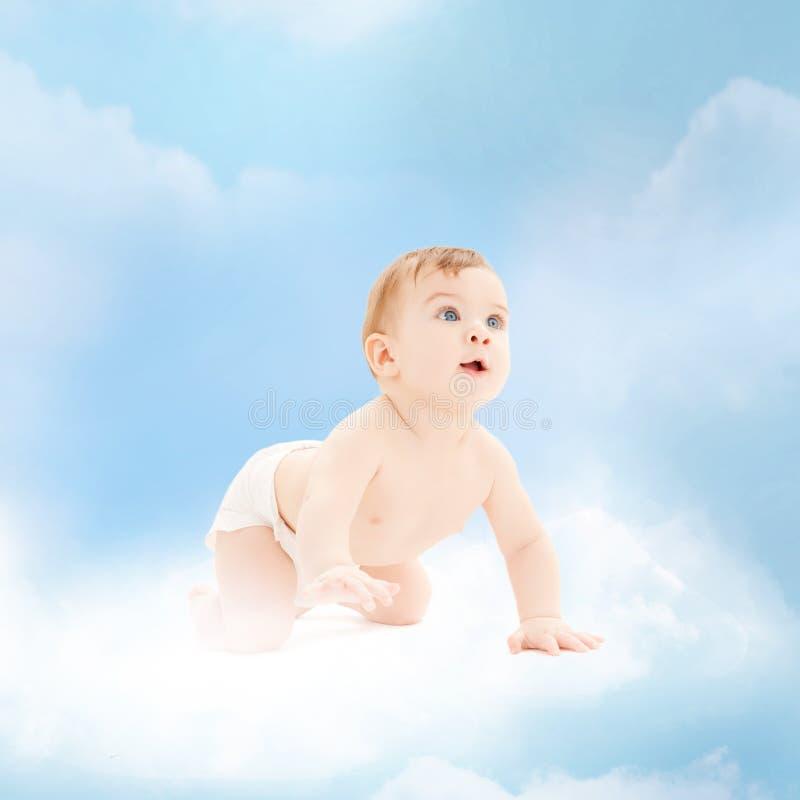 Het glimlachen babyzitting op de wolk stock foto's