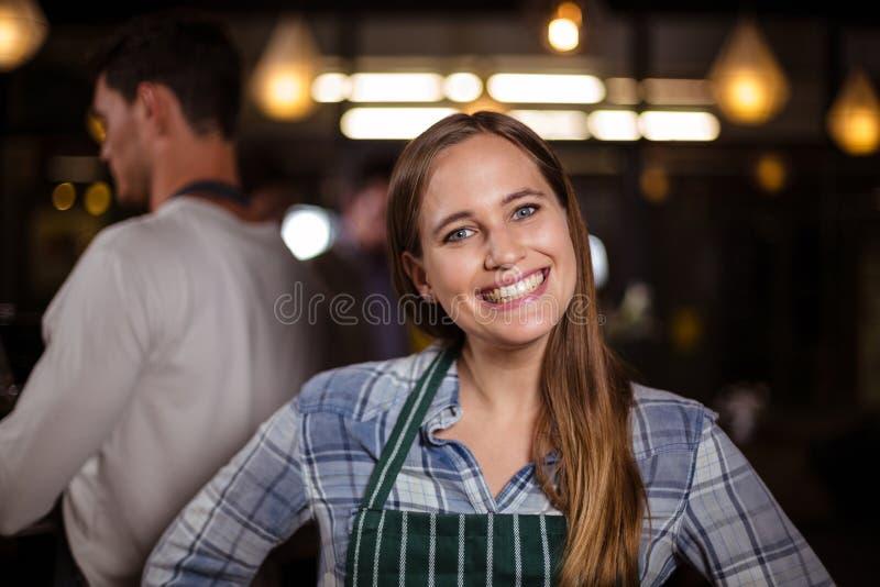 Het glimlachen barista die de camera bekijken stock foto's