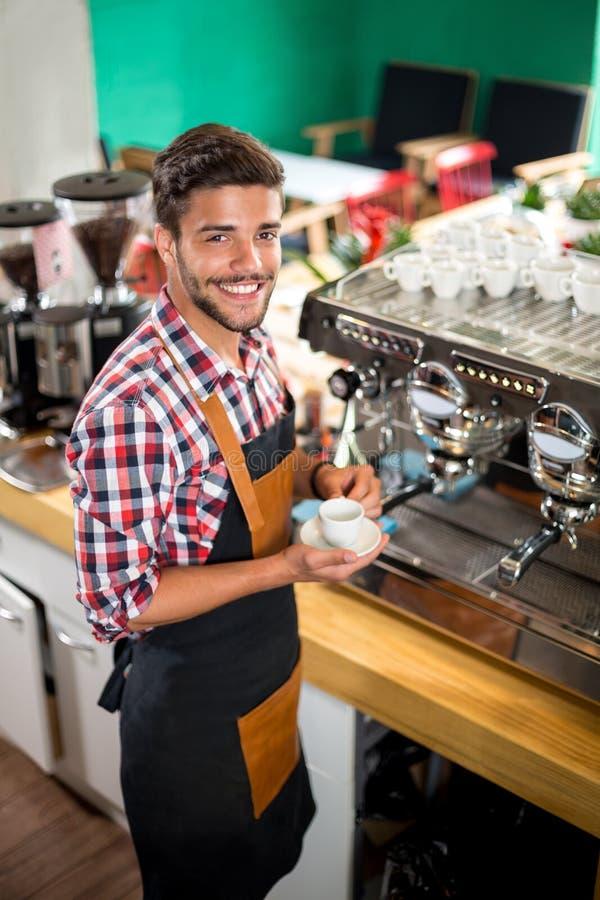 Het glimlachen barista die een cliënt dienen stock foto's