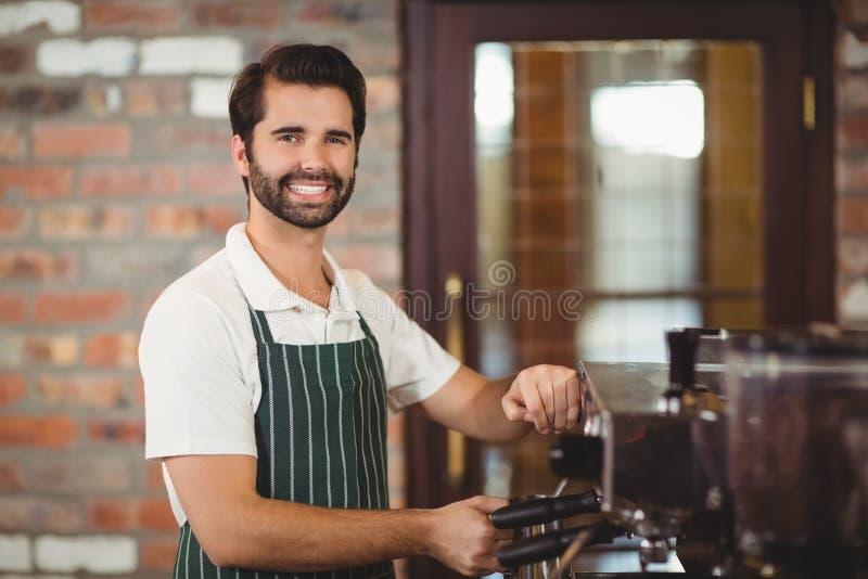 Het glimlachen barista die een koffie voorbereiden royalty-vrije stock afbeeldingen