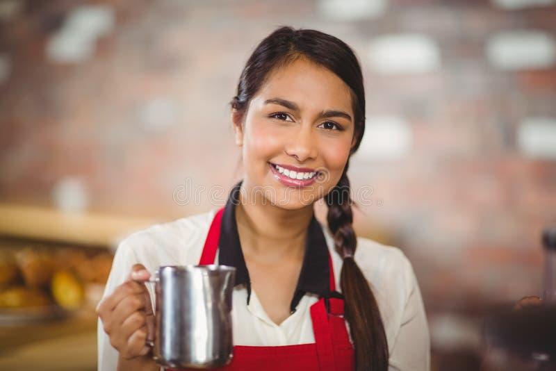 Het glimlachen barista die een melkkruik houden royalty-vrije stock fotografie