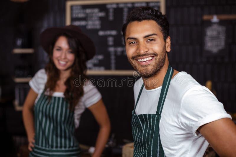 Het glimlachen baristas die de camera bekijken royalty-vrije stock foto