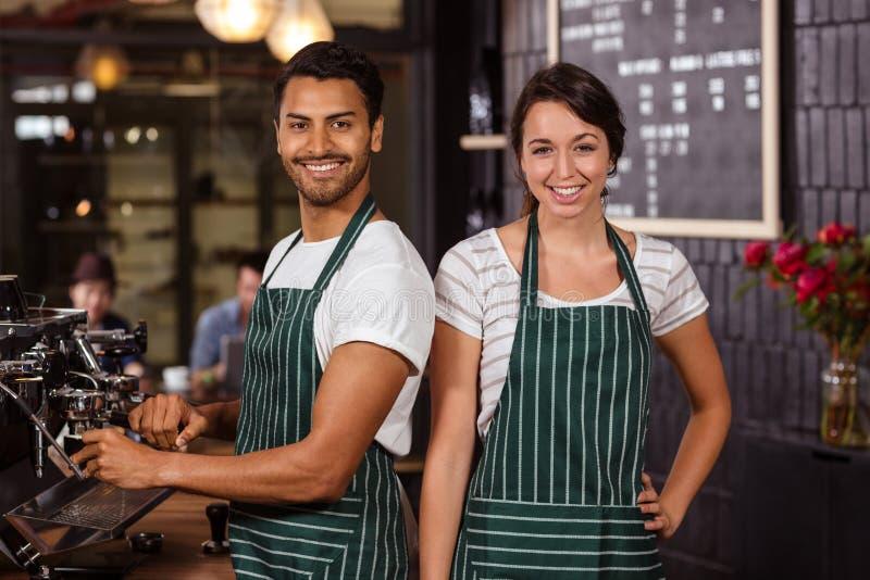 Het glimlachen baristas het werken royalty-vrije stock fotografie