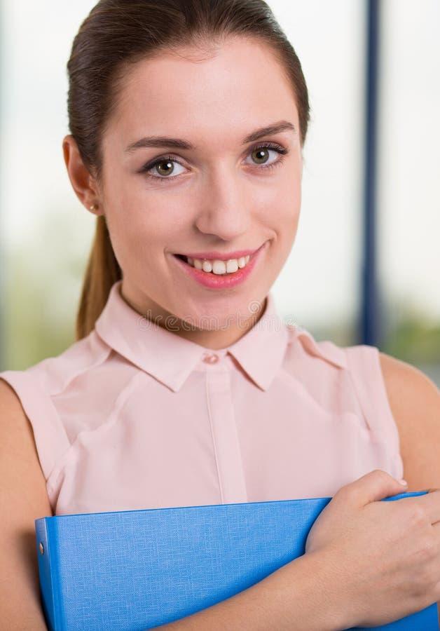 Het glimlachen bedrijfsvrouwenbedrijfsdossiers stock afbeelding