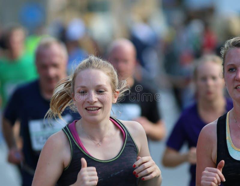 Het glimlachen blondevrouw het lopen stock foto