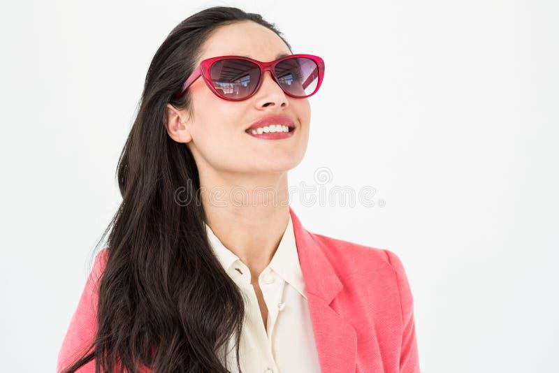 Het glimlachen brunette die zonglazen dragen stock foto