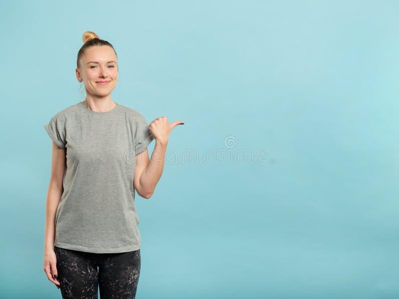 Het glimlachen de lege ruimte blauwe achtergrond van het vrouwenpunt stock foto