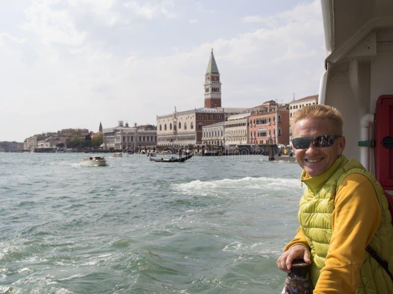 Het glimlachen de reizen van de blondemens naar Venetië stock foto
