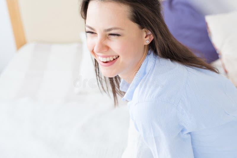 Het glimlachen de verrukking van het de vreugdegeluk van het vrouwenportret stock afbeeldingen