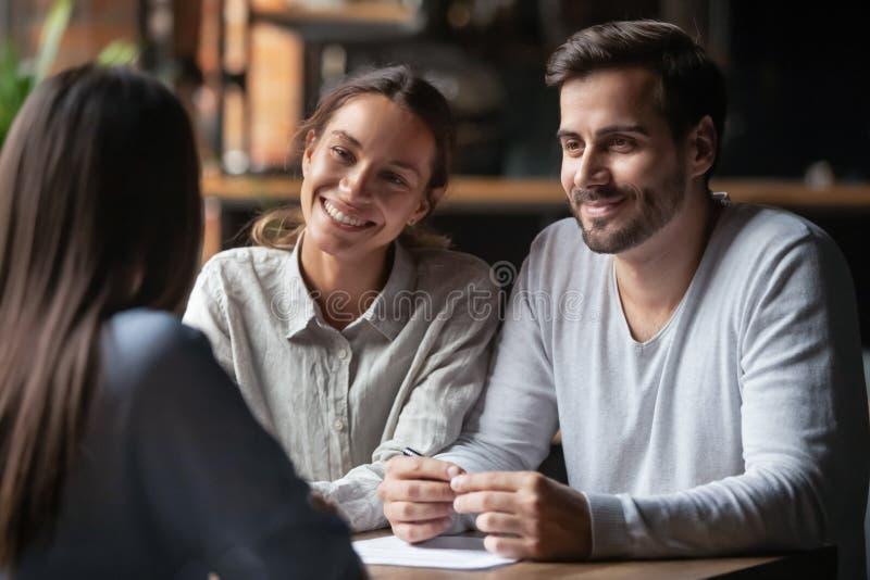 Het glimlachen diverse u managers het luisteren vrouwelijke baankandidatuur royalty-vrije stock afbeelding