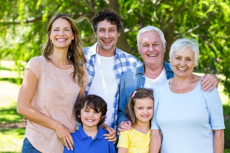 Het glimlachen familie het koesteren royalty-vrije stock fotografie