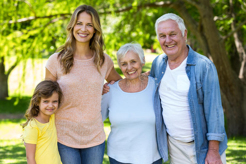 Het glimlachen familie status royalty-vrije stock foto's