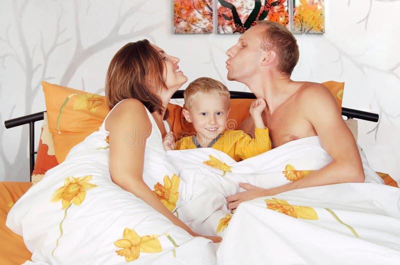 Het glimlachen familiespel piddle in de slaapkamer royalty-vrije stock foto's