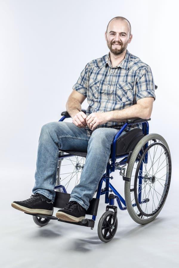 Het glimlachen gehandicapte mensenzitting in een rolstoel royalty-vrije stock afbeeldingen
