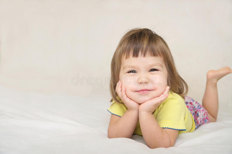 Het glimlachen gelukkig geïsoleerd meisjeportret met leuke wangen royalty-vrije stock afbeelding