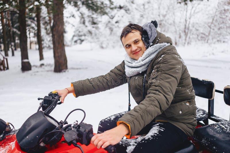 Het glimlachen gezicht in sneeuw en ijs na het berijden van een snow-covered bos stock fotografie