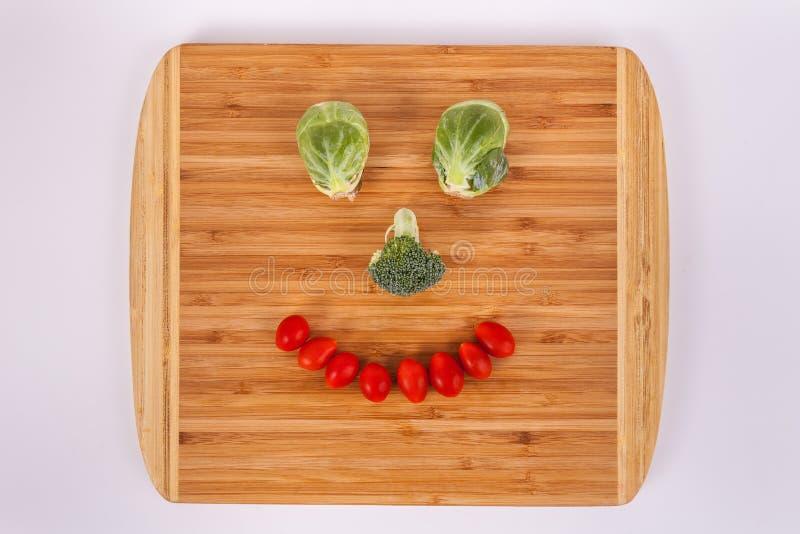 Het glimlachen gezicht van de tomaten die van de de bloemkers van Spruitjesbroccoli wordt gemaakt stock foto's