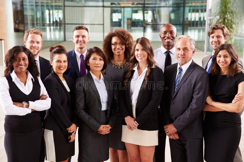 Het glimlachen groepsportret van collectieve bedrijfscollega's stock fotografie