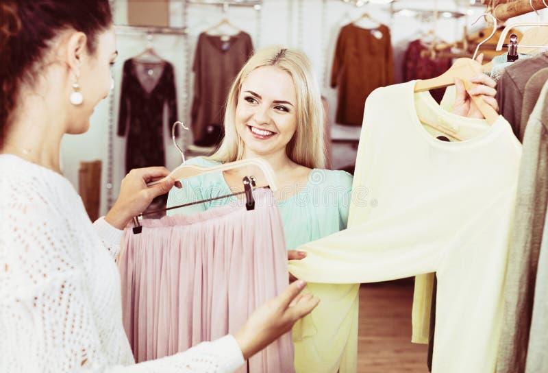 Het glimlachen het gelukkige vrouwen winkelen royalty-vrije stock foto's